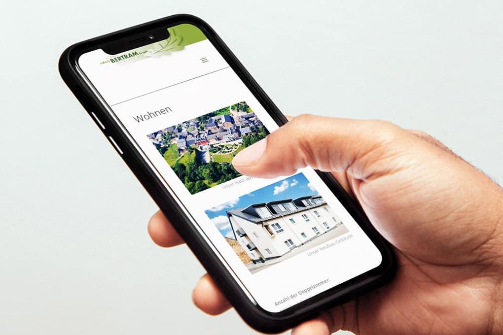 Webseite von Seniorenheim auf einem Handy
